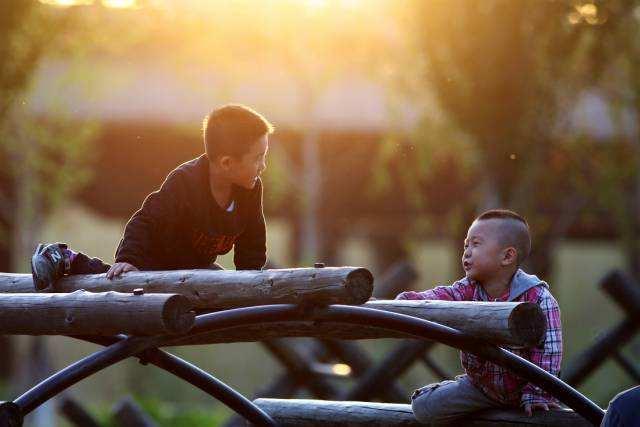2017年5月7日,辽宁沈阳。傍晚时分,沈阳长白岛儿童乐园内开心玩耍的小伙伴。崔凯
