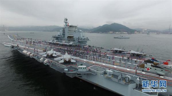 2017年7月8日,中国首艘航空母舰辽宁舰在香港开始向公众开放。(图片来源:新华社)