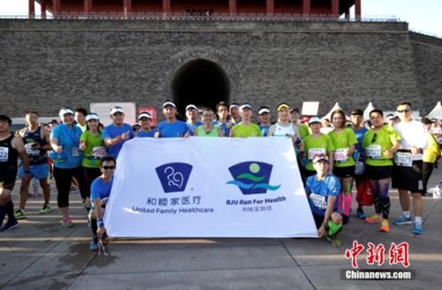 历次北马赛事都会得到卫生主管部门的指导支持及协助,作为北京马拉松赛事连续4年的官方独家指定医疗支持服务商,本届北马中,北京和睦家医院仍纳入到市卫计委的统一指挥及领导下,协同120急救体系,统一提供医疗保障服务。
