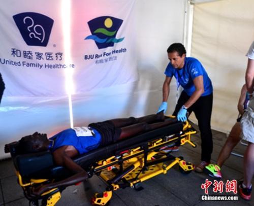 为了确保AED医护人员在赛事当日能熟练操作除颤设备并熟悉工作流程,尽力守护好这北马赛场上最后的一道生命防线,北京和睦家医院携手AED厂商在院内组织了三场单次超过一个半小时的培训活动。50名AED志愿者及2名候补志愿者通过层层筛选脱颖而出,分批次参与了培训,并又于赛前统一接受了北京市急救中心王立主任的特别培训和考核。