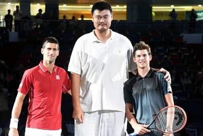 姚明与球员合影-上海大师赛进入第9年 续写劳力士与网球的佳话