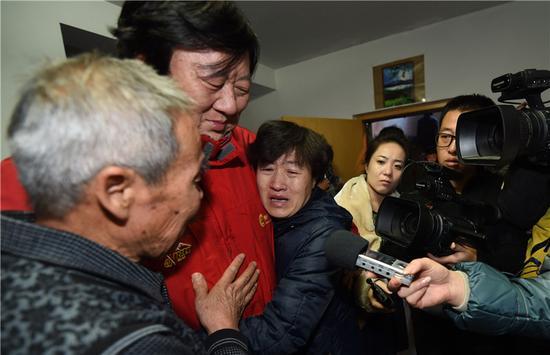 ; ; ; 2014年12月15日,内蒙古自治区高级人民法院宣布呼格吉勒图无罪。呼格吉勒图的父母李三仁(左一)、尚爱云(左三)听到再审结果后与新华社记者汤计含泪相拥。; ; 新华社记者任军川摄