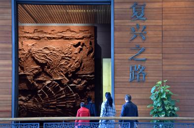 2017年10月11日,游客在国家博物馆观看《复兴之路》展览。新华社记者罗晓光摄