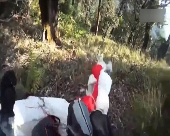 非洲男玩俄罗斯美_俄罗斯小哥玩滑翔伞 空中撞上老鹰 - 搜狐视频