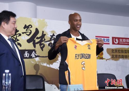 资料图:马布里身披3号球衣 中新社记者 侯宇 摄
