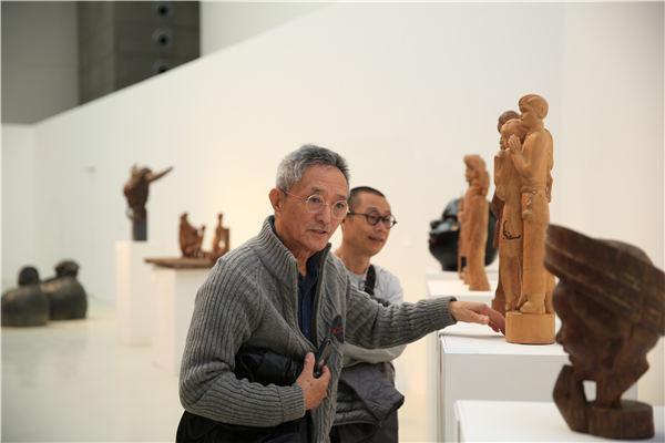 艺术家田世信在展览现场