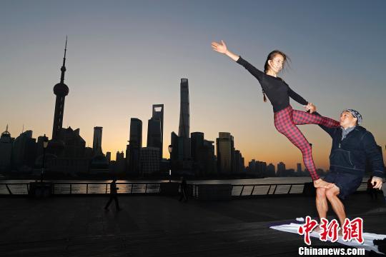 练习瑜伽的外籍人士在外滩滨江步道上不断摆出各种造型。 殷立勤 摄