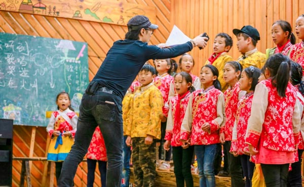 """汪峰组合唱团遇阻 遭家长质疑""""不懂教孩子"""""""