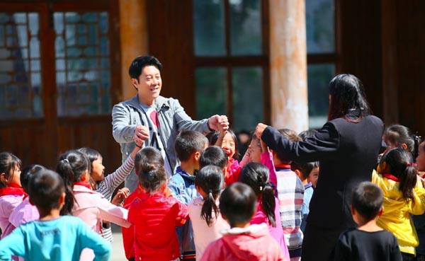 汪峰蔡国庆首次支教任老师 应对小霸王有奇招
