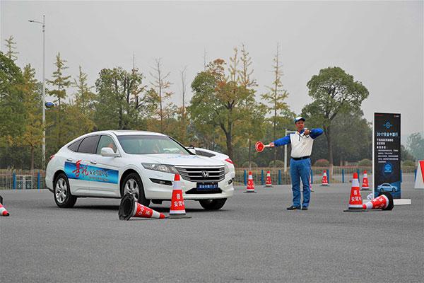 安驾讲师指导滴滴学员体验安全驾驶实操课程