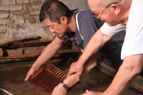 《百心百匠》讲好中国故事 李亚鹏拜师非遗匠人