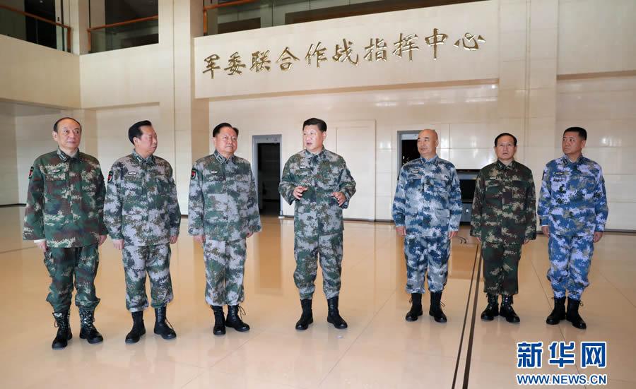 这是习近平带领军委一班人研究军委联指中心建设情况。新华社记者 李刚 摄