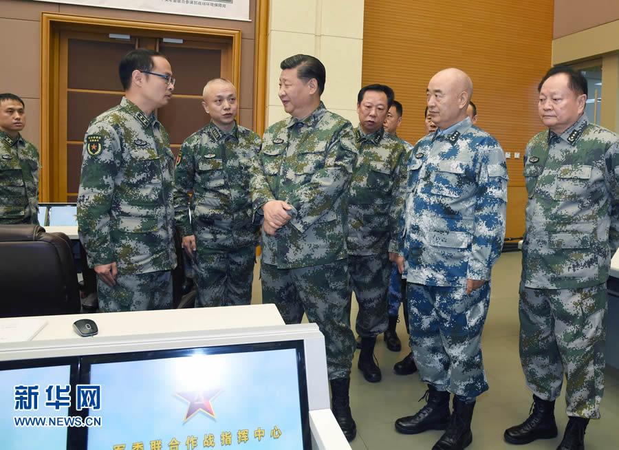 这是习近平察看了解中心值班备战情况。新华社记者 李刚 摄