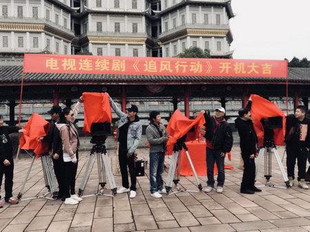 导演张东东携主创亮相开机仪式现场