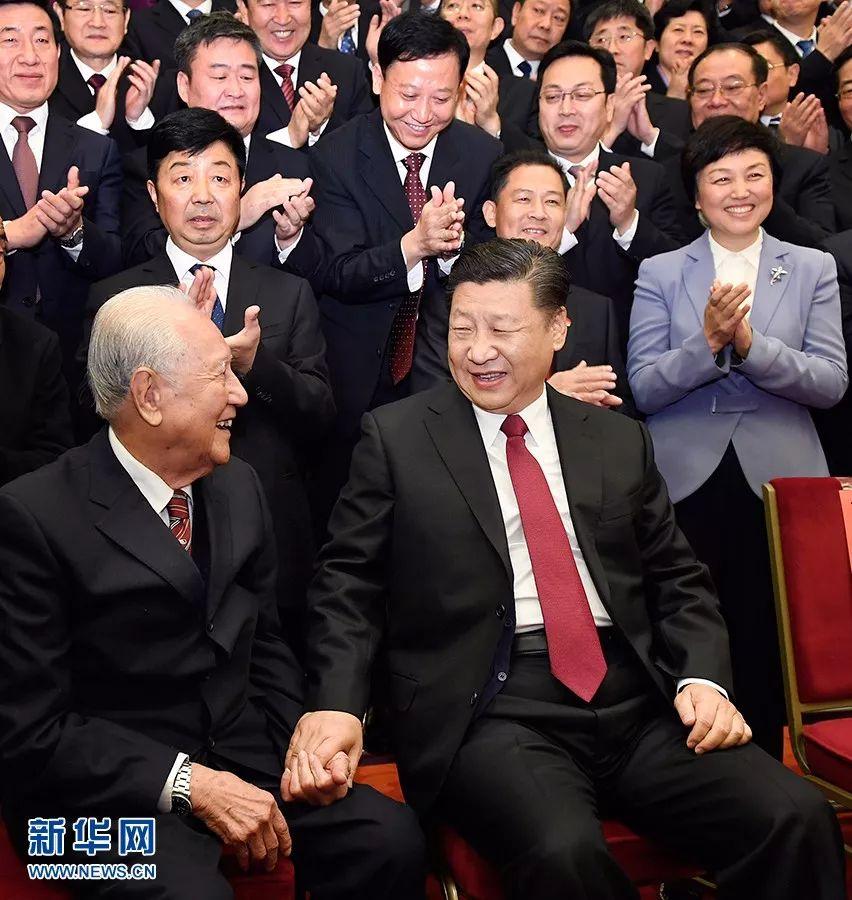 这是习近平邀请黄旭华坐在自己身边合影。新华社记者 李学仁摄