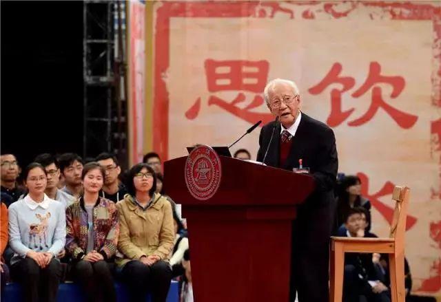 """2016年4月8日,黄旭华在上海交大和在校生分享自己理解的""""交大精神""""。新华社记者 刘颖 摄"""