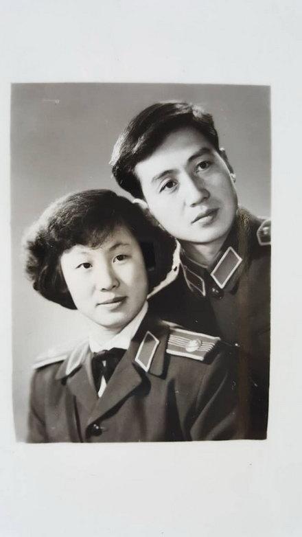 薛澄潜与张菊华这对文艺军官在南京军区时的结婚照(1957年)