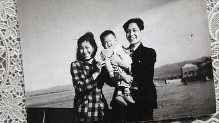 薛苏里一周岁全家在饶河的乌苏里江畔迎风而立
