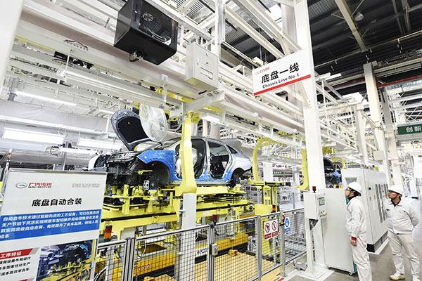总装车间采用L型布局,自主设计底盘自动合装设备