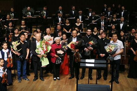 前排从左到右为作曲家朱彬、薛澄潜、夫人张菊华、薛苏里、亚历山大、指挥于学峰、团长曲波