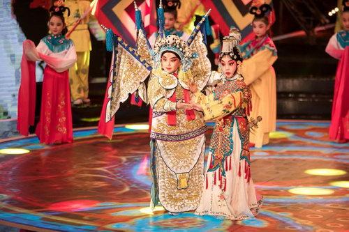9岁的李思齐(左)与9岁的邢童安(右)用京剧演绎《凉州词》