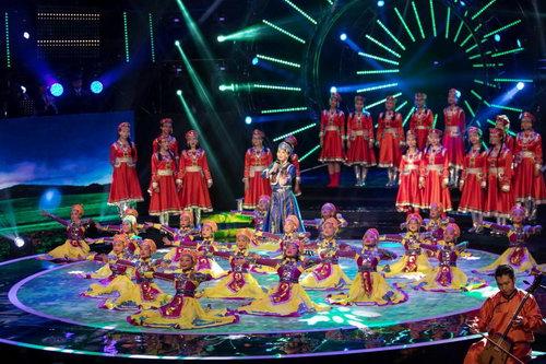 穿着蒙古族衣服演唱的婷婷姐姐和孩子们表演的北朝民歌《敕勒歌》