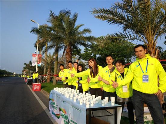 图片说明:主动为运动员提供饮水的海沧跑者团(图片
