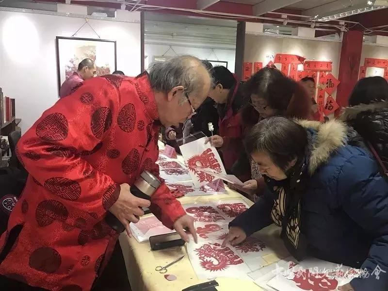 王俊林老师为居民讲解自己作品的寓意