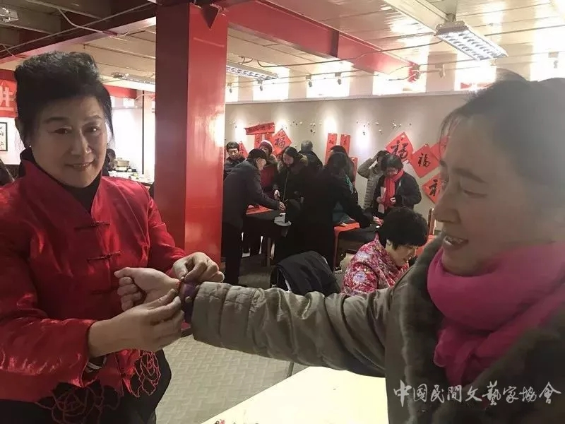 王宝桂老师为居民系上红手链