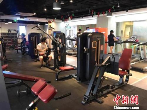 资料图:一些上班族和学生正在健身房内锻炼。 张霁平 摄
