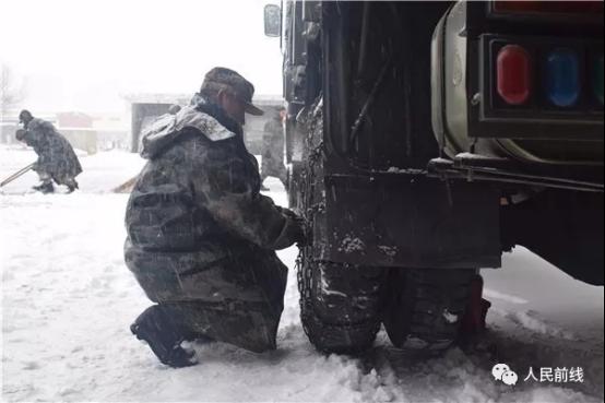 第71集团军某合成旅迅速启动应急方案,检查并禁锢车辆防滑链。