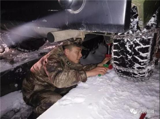 第72集团军某陆航旅官兵正在进行出发前的轮胎检测。