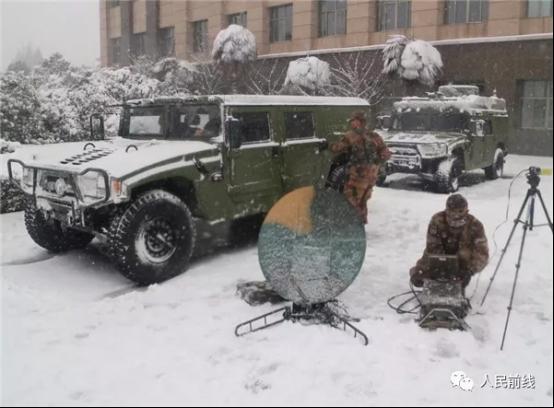 东部战区某部紧急开设通信枢纽,确保指挥通畅。