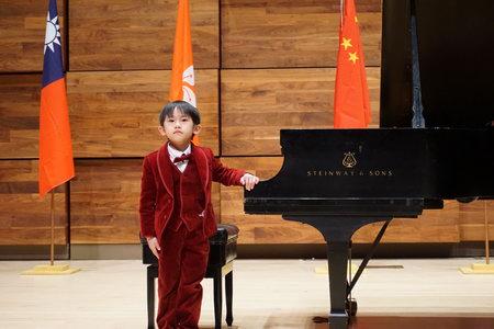 杨青霖在颁奖音乐会上演奏