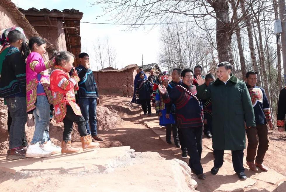 习近平在凉山彝族自治州昭觉县三岔河乡三河村跟孩子们打招呼。 新华社记者 鞠鹏 摄