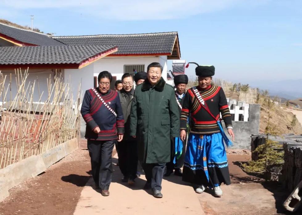 时至中午,习近平总书记告别三河村的乡亲们,驱车近半个小时来到火普村。