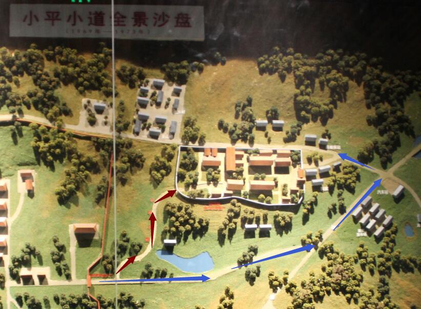 """蓝色箭头为两人原来上班路线,红色箭头为""""小平小道""""路线"""