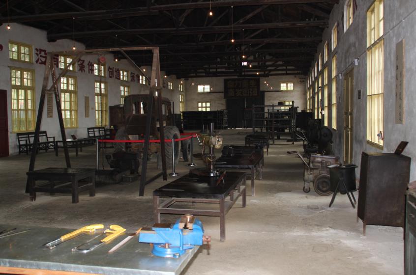新建县拖拉机修造厂车间