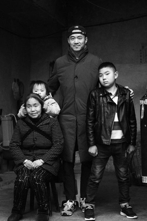 """""""大病医保""""发起人邱启明到四川汉源试点县看望患童家庭 摄/张晨路"""