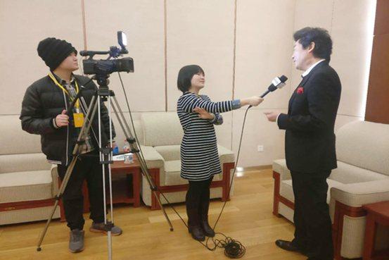 央视采访小提琴家吕思清,为艺术节致词