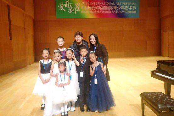 云南分赛区选手代表和钢琴家元杰合影