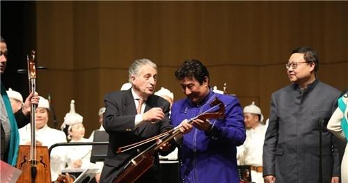 著名蒙古族作曲家指挥家查干向尼斯市长安德勒·夏维赠送马头琴留念