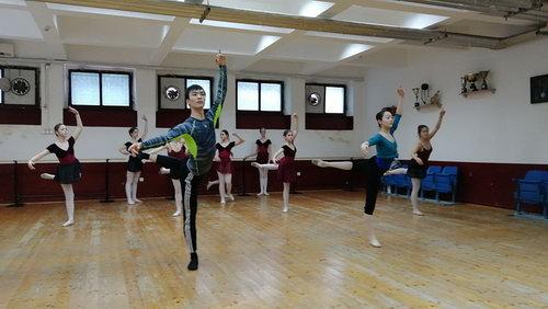 芭蕾舞系学生在黑山参加排练