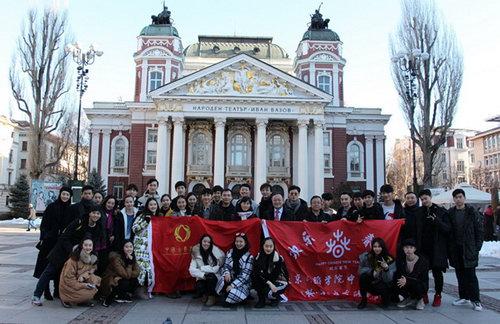 粉墨团师生们在保加利亚首都索菲亚市中心的伊万-伐佐夫歌舞剧院前合影