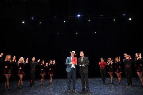北京舞蹈学院院长郭磊为舞王颁发聘书