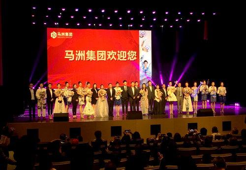 马洲集团高层与女子水晶乐坊演员音乐会后合影