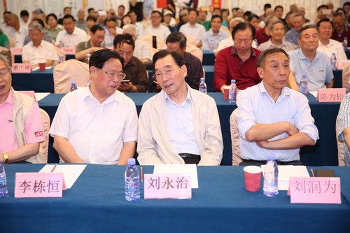 原总政治部副主任刘永治上将与原总装备部副政委李栋恒中将亲切交谈