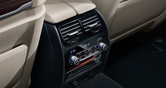 取代了双区空调的物理空调控制按键以及单色显示面板,更加富含科技