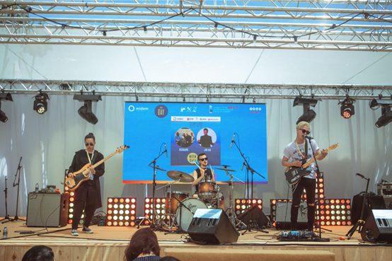 独立理性的摇滚歌手金�t和他的国际乐队