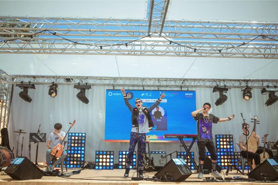 """乐队成员来自美国伯克利音乐学院,平均年龄不到20岁的B square乐团用一首""""巨龙""""将中国文化传递给全世界的听众"""